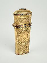 Nécessaire à couture dans un étui en pomponne de style Louis XVI, orné de pierres fantaisies polychromes (incomplet)
