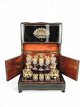 Cave à liqueur Napoléon III en marqueterie Boulle. Flacons et verres en cristal à décor de pampres dorées. (complète)