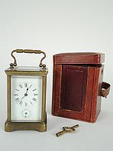 Pendulette d'officier XIXe dans son étui (complet). H. 11.5 cm