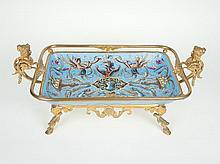 Coupe rectangulaire en faïence de Montereau à décor polychrome de style Renaissance sur fond bleu. Monture en métal doré, anses en forme de tête de femme. 20 x 49 x 26 cm