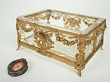 Vide-poche en cristal, monture de style Louis XVI en laiton doré. On y joint un reliquaire 'Croix du Christ'.