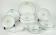 Service de table fin XIXe en porcelaine blanche à décor turquoise et doré d'un monogramme et d'un liseré. Comprenant : 35 assiettes plates, 9 assiettes creuses, 23 petites assiettes, trois plats ronds, deux plats ovales, deux coupes sur talon, deux