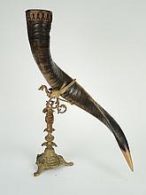Corne montée sur un support en métal figurant une chimère.