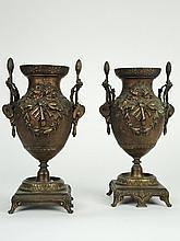 Paire de vases de style Louis XVI en bronze à décor de trophées de la tragédie. H. 28 cm