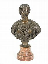 Sujet en bronze à patine brune, 'Jeune femme drapée à l'antique'. F. BARBEDIENNE fondeur, sur un socle en marbre. H. : 31 cm