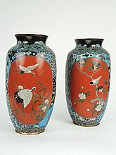 Paire de vases XIXe en cloisonnés à décor dans des réserves d'oiseaux sur fond rouge. H. 39 cm