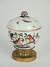 Sucrier XIXe en porcelaine de Saxe, à décor polychrome d'oiseaux et d'insectes, prises en forme de fleur, piedouche en bronze. H. 17 cm