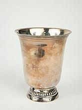 Timbale sur piedouche en argent XVIIIe, à décor d'une frise de godrons, gravée. H. 11 cm. Poids : 181 g