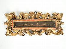 Encadrement XVIIIe en papier découpé 'Scène de batailles'. Dans un joli cadre d'époque en bois sculpté et ajouré à décor de rinceaux. Dim. de l'encadrement : 8 x 19,5 cm