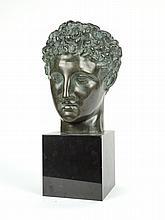 Ecole Française XXe. 'Tête d'homme à l'antique'. Sculpture en bronze à patine verte sur un socle en marbre noir. H. : 41 cm