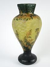 DAUM.  Vase en verre à décor de fougères de feuilles de Ginko biloba vert et jaune sur fond poudré vert blanc et orange .