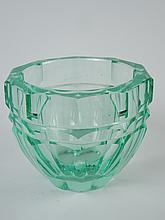 DAUM.  Vase à pans coupés en cristal vert.
