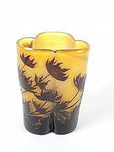 GALLE.  Vase trilobe à décor gravé en camée à l'acide de chardons bruns sur fond jaune.