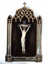Crucifix en ivoire dans un encadrement à parecloses de style gothique (manques et accidents).
