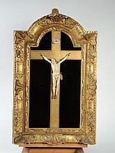 Crucifix XVIIIe en ivoire sur fond de velour marron, cadre en bois et stuc doré.