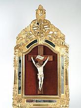 Christ en ivoire dans un cadre à parecloses en bois et stuc de style Louis XVI.