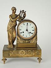 Pendule de style Directoire en bronze doré 'Allégorie de Clio'. H. 30 cm