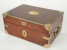 Coffret Empire en acajou et laiton, poignées latérales, monogrammé dans un cartouche. 14,5 x 32 x 22 cm