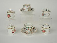 Paire de tasses et sous tasses en porcelaine blanche, à décor d'un semis de fleurs polychromes (restaurations) , 4 tasses à sorbets en porcelaine, décor de fleurettes polychromes (une petite égrenure)