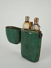 Etui à odeurs fin XVIIIe-début XIXe en galuchat comprenant deux flacons en cristal. H. 9,5 cm (incomplet, petit manque)