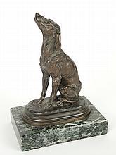 I. BONHEUR. 'Chien de chasse assis'. Sculpture en bronze à patine brune sur un socle en marbre vert de mer. Signé. H.avec le socle : 18,5 cm