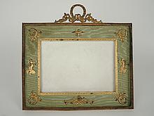 Cadre de style Louis XVI en métal doré et soierie vert amande. 32,5 x 34 cm