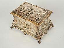 Grand coffret à bijoux en bronze argenté à décor en relief de scènes buccoliques et d'auberge. 14 x 23,5 x 17,5 cm