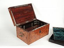 Rare coffret à système XVIIIe en placage de bois de violette à décor de motifs géométriques. Entrée de serrure triangulaire (petits accidents de placage)