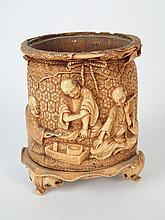 Petit pot à tabac en ivoire à décor de scènes de marché animées de personnages Japon vers 1900. H. 10 cm (manque couvercle,