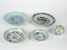 Lot d'assiettes porcelaine bleu-blanc à décor floraux et stylisés.