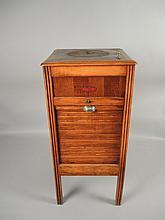GRAMOPHONE LE CONCERT AUTOMATIQUE FRANCAIS Grand meuble Phono avec casiers (sans pavillon, bras, potence, clef, plateau et tête)