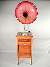 GRAMOPHONE LE CONCERT AUTOMATIQUE FRANCAIS Grand Meuble Phono avec casiers, clef et pavillon (repeint), sans tête