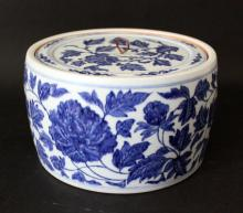 A CHINESE BLUE AND WHITE PORCELAIN CRICKET CAN