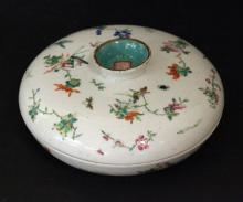 A CHINESE ROSE FAMILLE PORCELAIN CANDY CONTAINER