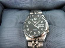 A GENTLEMAN'S SEIKO WRIST WATCH, automatic, day date display; stainless steel. Boxed.