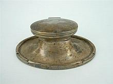 A STERLING SILVER CAPTAINS INKWELL with glass insert. A & J Zimmerman Ltd, Birmingham, 1915.