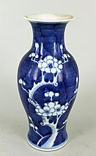 A JAPANESE EXPORTWARE BLUE AND WHITE VASE, baluster shape. Height 17.5cm.