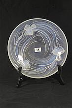AN ETLING OPALESCENT GLASS PLATE. Diameter 23cm.