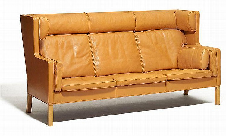 Børge Mogensen: Freestanding three-seater high-back sofa. Oak frame. Sides, back and loose cushions upholstered with natural coloured leather. L. 220 cm.
