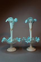 Paire de vases surtout de table en opaline blanche et turquoise, ornée de bouquets de fleurs rehaussés d'or.