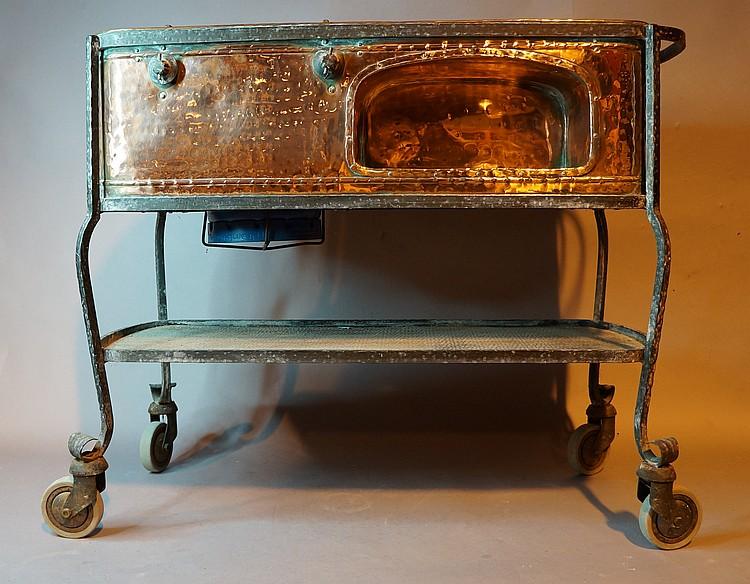 desserte de service roulante en cuivre et fer forg quip e. Black Bedroom Furniture Sets. Home Design Ideas