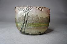 Ateliers de Charles LEGRAS (1859-1922) Vase de forme triangulaire en verre gravé à décor de paysage lacustre. Époque 1920.
