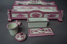 Faïence de GIEN Large encrier de bureau à décor toute faces monochrome rose acidulé de bouquets de fleurs et instruments de jardinage.