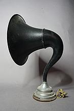 Cornet amplificateur de marque Brunet, en tôle noire.