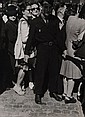 Robert Doisneau (1912-1994) Policier au milieu de la foule. Tirage argentique. Tampon au dos à l'encre rouge. Circa 1950. 24 x17,5...