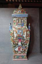 Importante potiche quadrangulaire couverte en porcelaine de Canton décorée en émaux polychrome de scènes de palais et bouton de prise anthropomorphe sur le couvercle et de deux anses à l'épaulement figurant de deux personnages.