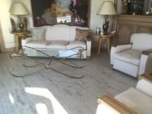 Salon confortable, accoudoirs en bois naturel.