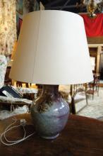 Vase balustre à larges panses moulées à l'épaulement de deux anses zoomorphes