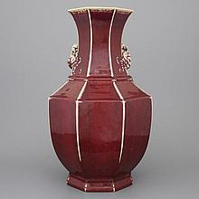 A Chinese porcelain monochrome red vase with peach handles, 18/19th C.