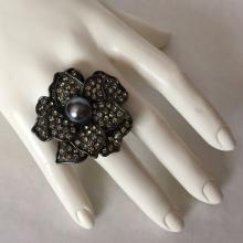 Black color metal rhinestones flower shape ring with faux pearl in the middle, size stretchable, no hallmarks